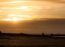 Promeneurs au coucher de Soleil